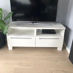 Super fint tv møbel fra BESTÅ serien fra IKEA.  Ny pris omkring 1100. Har enkelte skrammer (se billeder), men fremstår ellers pænt.  Det grå på skufferne er papir jeg har sat på og kan tages af, hvis det ønskes