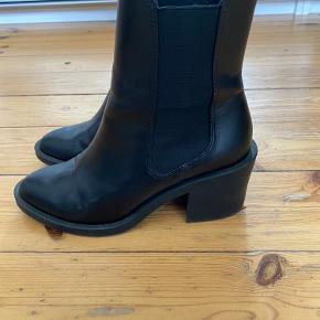 Lækre støvler fra H&M i læder. Kun brugt få gange.  Er imprægneret for sæsonen. Kan prøves og afhentes på Frederiksberg. Hvis de skal sendes, betaler køber porto. Jeg bytter ikke!  Se også mine andre annoncer, hvor der er masser af sko og tøj til gode priser. :).