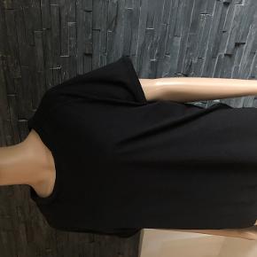 Dejlig anvendelig t-shirt str. M/L Polstret ved ærmerne og i halsen.  Bryst 120 cm  60 cm  50% bomuld og 50% modal  Fremtræder i fin stand