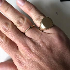 Jeg Overvejer at sælge min ekstremt smukke og store signetring 🌸  Der er ikke så meget at sige andet end at den er fuldstændig vidunderlig.  Stor og chunky - man kan mærke at man har den på!  Jeg kender ikke vægten men den er tung!  Massiv 14 karat guld - stemplet 585 og lavet af Dansk guldsmed med initialerne HUN   Str er 47-47,5 (husker ikke præcist men mam må komme og prøve den hvis det er)  Den kan med lethed pudses og poleres hos en guldsmed. Man kan gøre med den hvad man vil. Isætte sten, gravere eller lave en særlig overflade. Fantasien sætter ingen grænser ❤️  Kan ses og prøves efter aftale..  Jeg bytter ikke og prisen er ikke til forhandling pga dens størrelse - som sagt er der meget guld i.  Jeg har selv været i guldsmede branchen i 11 år så jeg kan stå inde for min smukke ring ❤️