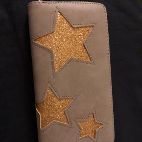 Sælger denne søde pung med guld stjerner den er aldrig brugt. Byd gerne eller skriv for mere info