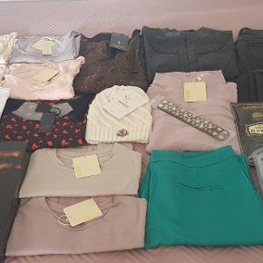 Stort pakke med blandet tøj i str Small og Medium. Pånær 2 af tøjet så er resten nyt med mærker i.