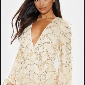 Super fin kjole fra prettylittlething, stadig med alle mærker.  Størrelse uk 8, svarer til en 36/small.  Np. 40 pund (ca. 350 kr)