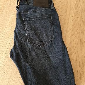 Jack & Jones jeans, kun brugt få gange, men den ene bæltestrop er gået løs. Str. 29/30. Se billede.