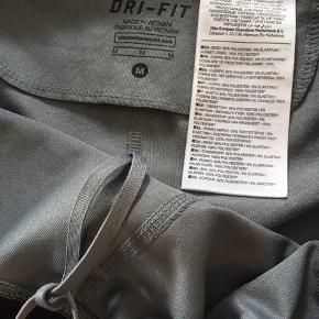 Nike dri-fit str. M.   Nypris 600  Aldrig brugt/ kun vasket.   7/8 tights   Fuld længde 83cm  Lynlås bagi.