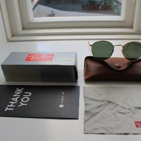Ray-Ban solbriller købt i London i 2016 for £125.   Medfølger original emballage, etui, kvittering og pudseklud.  Model nr.: RB3447 50 Round Metal Golden Green  Sælger dem da jeg ikke går med dem længere.