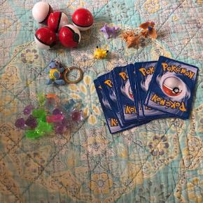 Varetype: Legetøj Størrelse: Pakkekalender Farve: Rød  24 stk pakker til din pakkekalender Alle med Pokemon ting inde i  Det er figurer,kort,nøglering og små  Ball  Prisen er med fragt sendt med GLS