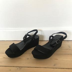 Sorte hæle fra New Look i størrelse 39. Brugt få gange men med lidt slid under. Har også en hvid streg på siden på den ene men det ses ikke. Hælen er 6 cm Kan afhentes i Søborg eller sendes på købers regning