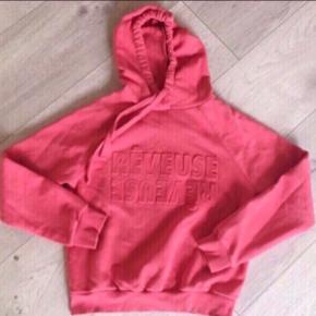 Koral farvet hoodie / sweatshirt fra Gina Tricot 💥  - med præget tekst foran.  - Rib forneden og ved ærmernes ender.  - brugt lidt men i pæn stand  - nypris 250,-  Se også mine andre billige annoncer. Sælger ud og giver gerne mængderabat 🌟  #secondchancesummer