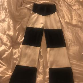 Sælger et par Stine Goya bukser. Super behagelige at have på. Skriv gerne og byd ind med en pris - er åben for alle bud.   Størrelse xs