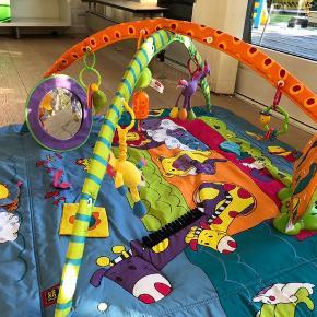 NP: 800kr. Super fint legetæppe fra tiny love (med spejl, musik, lyd, knitreting, forskellige lyde, osv). Legetæppe har mange funktioner og alt følger med. Gå gerne ind på https://www.babywonder.dk/tiny-love-legetaeppe-gymini-total-playground-kick-and-play