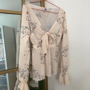 Super smuk bluse fra Tina Maria X NA-KD i størrelse 34 - fremstår som ny 😋💗