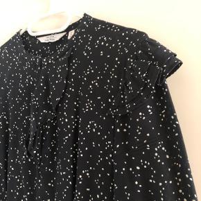 Fin knælang kjole fra &Other Stories i mørkeblå med hvidt mønster. Kjolen har fine detaljer med flæse ned foran, på skuldre og på ærmer. Kjolen er brugt, men stadig i fin stand. Kom gerne med et bud.