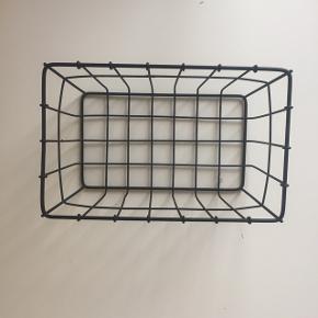 Fin lille trådkurv / kurv til opbevaring  Jeg har brugt den til badeværelset. Fejler intet og er rigtig fin Kan afhentes i Vestamager eller Kbh efter aftale :-)