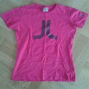 Varetype: t-shirt Farve: Pink Oprindelig købspris: 275 kr.  Smart kort t-shirt i rigtig god stand - kun brugt få gange.