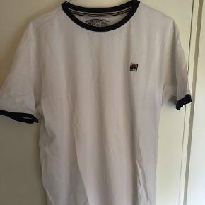 Fila t-shirt der fitter tts, nypris var ca. 200 kr. Skriv for flere billeder