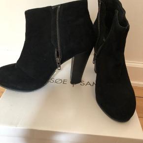 Helt ubrugte støvler i sort ruskind med høj hæl. Nypris 1400 kr.