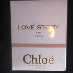 Chloé Love Story EDT 50 ml - Billigst på nettet 640kr - Min MP 399kr pp :) Chloé Love Story Eau de Toilette er en fin og skrøbelig version af den klassiske Love Story Eau de Parfum. Duftnoterne er en forfinet version af de klassiske noter, orange blomst og blade fra kirsebærblomst træet. Love Story Eau de Toilette er en romantisk fortælling, der begynder med et forelsket par der mødes i morgensolen.
