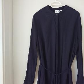 Knæ lang, mørkeblå skjortekjole (næsten sort) med knapper foran og bånd i taljen. Kan også åbnes helt og bruges som kimono.  Style: T6199 Color: 9069  ...  Bytter ikke. Sender med DAO gennem Trendsale Handel. Kan også afhentes i Glostrup.  Og husk, hvis du finder flere ting du vil have, så virker fragt-gebyret ikke så højt 😉🙃