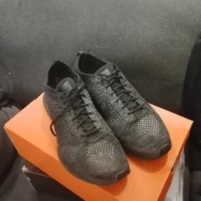 Sælger et par Nike flyknit Racer   Pris: 400 kr Net pris: 1300 kr Cond: 8/10   Køber betaler fragt hvis de skal sendes
