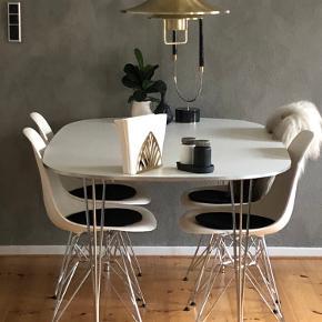 Sælger 4 hvide stole. Der er meget få brugs mærker som ridser i stolene hvilket desværre ikke kan undgåes, men de er utrolig velholdt.