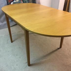 Fint spisebord i eg til den lille lejlighed.  Fra 83 cm i dagligdagen og op til 165 cm når klapperne er slået op. Derudover vil det være muligt at anskaffe en/to plader (mdf/spån) så bordet kan blive 250 cm.