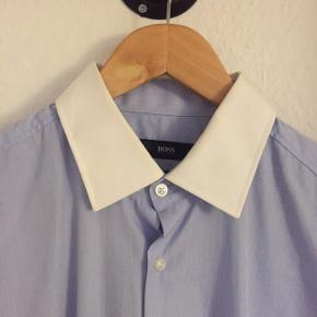 BOSS skjorte brugt meget få gange. Rigtig god kvalitet og meget få brugsspor. Nypris omkring 1000,- og sælges da den ikke længere kan passes.