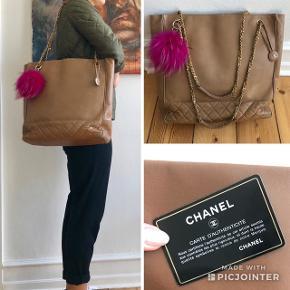 Stor og rummelig vintage beige Chanel tote taske 💕💕💕💕  Chanel-vedhæng og kort følger med. Pels-vedhæng følger ikke med.  Måler ca. 36x37 cm  Ingen bytte!!    ❌ PRISEN ER IKKE TIL FORHANDLING!!! ❌                    Den er allerede sat billigt!     Jeg sender gerne, men porto på 45 kr. med Dao er på købers regning. Og ellers mødes jeg gerne og handler ved Frederiksberg Centret :)   Jeg har også tasken til salg på Vestiaire Collective, så ønsker man tasken verificeret, kan den købes derigennem. Tasken ER ægte!   • Se også mine øvrige tasker fra Balenciaga • Proenza Schouler • Céline og Louis Vuitton   • Så længe annoncen er åben, er tasken til salg, så alle spørgsmål herom ignoreres!