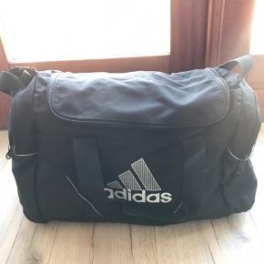 Sportstaske fra Adidas. Har en god størrelse. 30 kr.