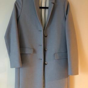 Sælger min smukke Samsøe Samsøe jakke i dueblå da jeg aldrig har fået den brugt. Fremstår som ny.