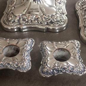 2 stk smukke sølvplet lysestager, H20cm, Fod:11x11cm, aftagelige lysmanchetter, grønt filt under fod, super fin nypudset stand. Stempel HF. Antagelig fra Danmark år ca. 1880.... købt på Borreby Gods Galleri. Pris + Porto, gerne mobilpay eller TS-handel +5%