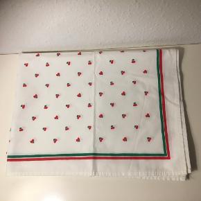 Bomuldsdug 136x 92 i yderst fin stand  Juledug hvid med grøn og røde hjerter  Jul julepynt   Smuk på bord sofabord eller lille spisebord   Sender gerne