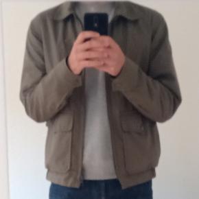 Rigtig fin let jakke i god kvalitet. Passer ikke til garderoben længere 🙂 Købt i 2020. Tjek evt. deres hjemmeside: https://www.privatewhitevc.com/  Sendes med posten med det samme ⚡