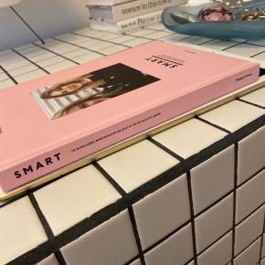 SMART af bloggerne Sidsel Alling og Frederikke Toftsø. Rigtig fin coffee table bog til mode-interesserede.