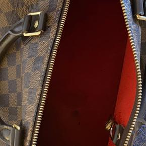 sælger denne ÆGTE speedy louis vuitton taske ingen tegn på slid, kun en plet inde i tasken  er åben for bud