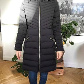 783ff23fd04 Varetype: jakke Farve: Sort Oprindelig købspris: 2600 kr. Prisen angivet er  inklusiv