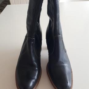 Så flotte støvler i lækkert læder i den meget gode ende af gmb. Hælhøjde 8 cm.  #30dayssellout