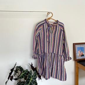 Smuk kjole fra Boii, der minder om Sofie Sol . Den er brugt en del, men står stadig super flot !!   Det er one size men kan passes af XS-L vil jeg mene   Kan afhentes på Christianshavn eller sendes !