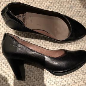 Lækker sort sko, hæl 7 cm. Og 1 cm. Plateau.
