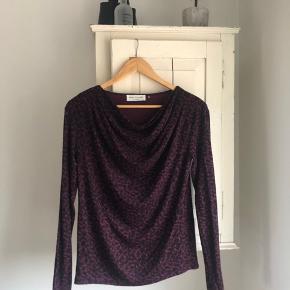 Rosemunde bluse i bordeaux/sort print str.  xs-small. Kun prøvet på én gang. Byd gerne 😃