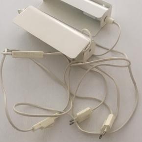 2 stk. helt nye hvide væglamper. Mål: 20,5x8 cm Klar til at hænge nemt op.