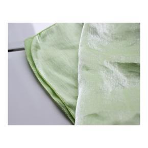 #Secondchancesummer  Fint grønt tørklæde  - Det kan også bruges som trøje og som hårbånd  - Det skinner i sollyset  - Blødt materiale