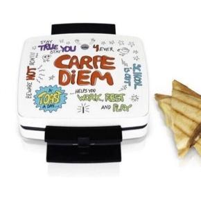 Helt ny toast maskine, har ikke været brugt eller pakket ud af æsken. Købspris kr. 599   Wilfa Carpe Diem toastmaskine er perfekt til at lave et hurtigt måltid efter skole eller før træning. Toaster er udstyret med 1000 W, dobbelt sliplet-belægning og muslingeformede plader.  Mellemmåltid på 1-2-3 Toastmaskinen laver dejlig varm toast på få minutter.  Nem at opbevare Lås på håndtaget gør det nemt at opbevare toastmaskinen.