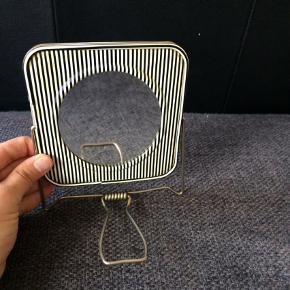 Vintage, retro, lille dobbeltspejl. Det runde er forstørrelsesspejl. Det er har lidt småskader. 12,5x12,5 cm.  Spejl Farve: Sort