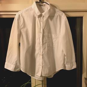 Fedeste Acne skjorte i kort og bredt fit. Super flot med højtaljede jeans