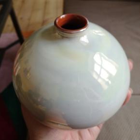 Fin lille keramikvase med den smukkeste perlemorsglasur 😍  Byd