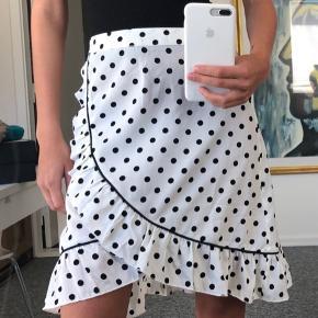 Sælger denne søde nederdel, størrelse 34 Brugt 1 gang  Fast pris uden fragt