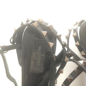 De så flotte Valentino sko med studs str 38,5 og med nye såler på:) brugt lidt:). Alt følger med også posen fra shoppen