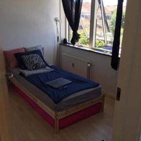Enkeltseng, b: 90 l: 200  Hej,  jeg sælger den her seng: sengeramme + madras(inkl. lamelbund) . Madrassen kan være en seng selv, da den har sine egne ben. Sengen har været brugt i 2 år, men er i god stand. Den fejler intet.   Kan afhentes i Århus C ( tæt på Magasin)