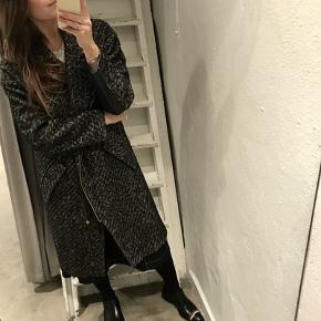 Uldfrakke fra By Malene Birger i str xs. Den er lidt oversize. Lækker læder detaljer på ærmerne. Frakke. Sælges for 700 kr. Kan afhentes i Kbh K.